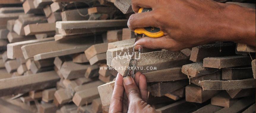 Proses Kerajinan Pembuatan Tempat kasing Kayu Jati dan Sono Korek Api Gas oleh Industri Kreatif Laser Kayu Jepara Indonesia