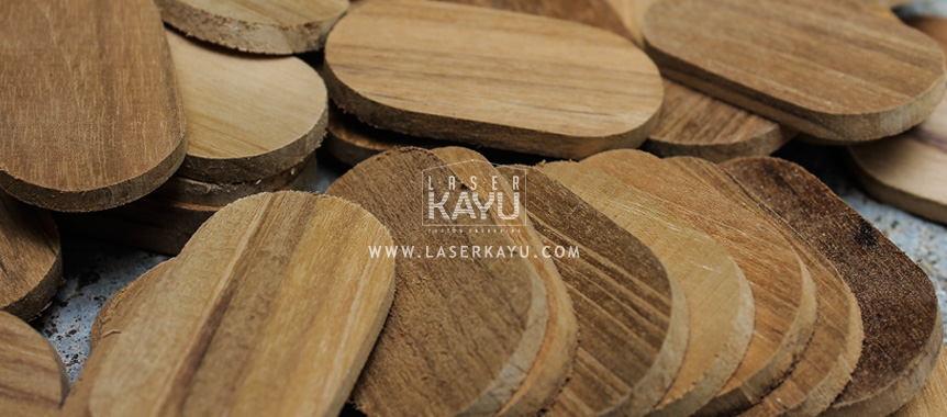 Proses-pembuatan-bahan-gantungan-kunci-kayu-jati-ouval bandung indonesia laser kayu