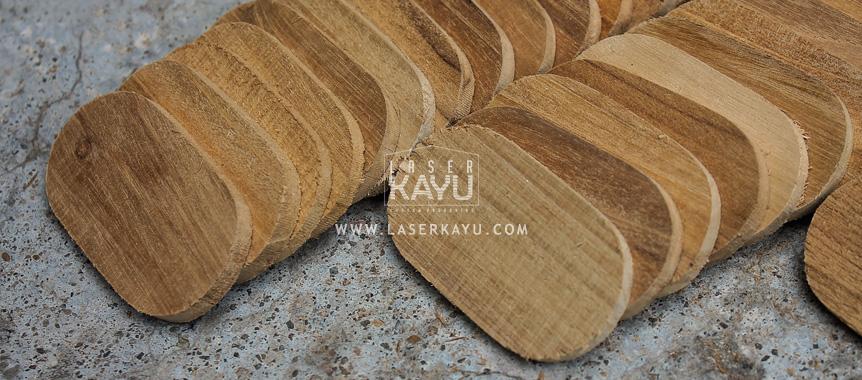 Proses-pembuatan-pengrajin-bahan-gantungan-kunci-kayu-jati-ouval-besar jakarta bandung indonesia laser kayu