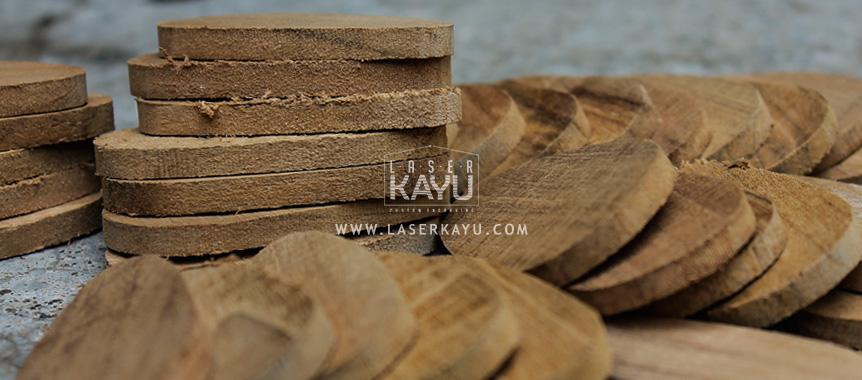 proses-bahan-material-JUal-Kerajinan-Gantungan-Kunci-Kayu-Jat-termurah-Laser-Kayu