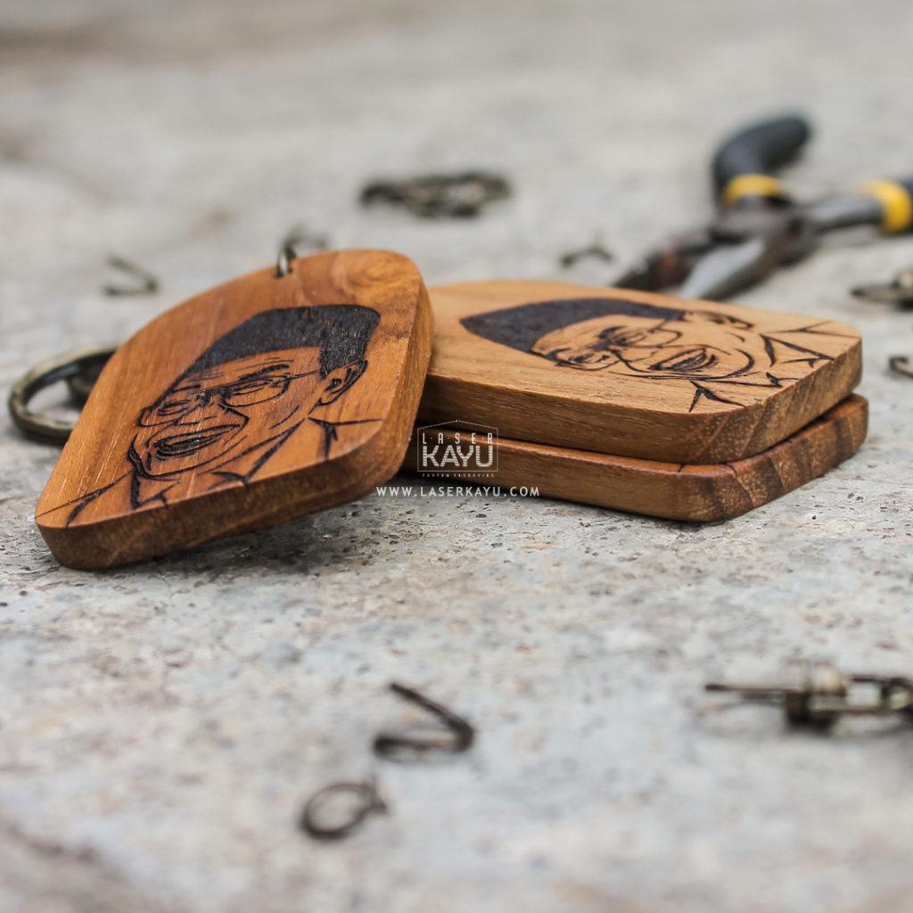 Perajin Kerajinan Gantungan Kunci Laser kayu Jati Engraving Terbaik Bali Sulawesi Gusdur Merch Indonesia