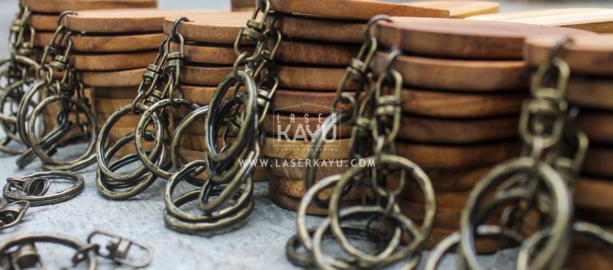 Pabrik bahan gantungan kunci kayu jati Jawa, Sumatera, Kalimantan, Bali, Sulawesi, Nusa Tenggara , Irian jaya Indonesia