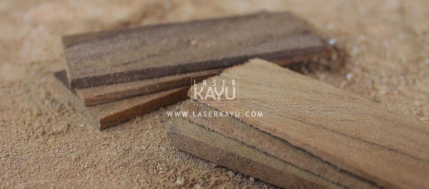 Material Limbah Kayu Jati Sono Keling untuk kerajinan casing korek Api Gas oleh Perusahaan Laser Kayu Jepara Indonesia
