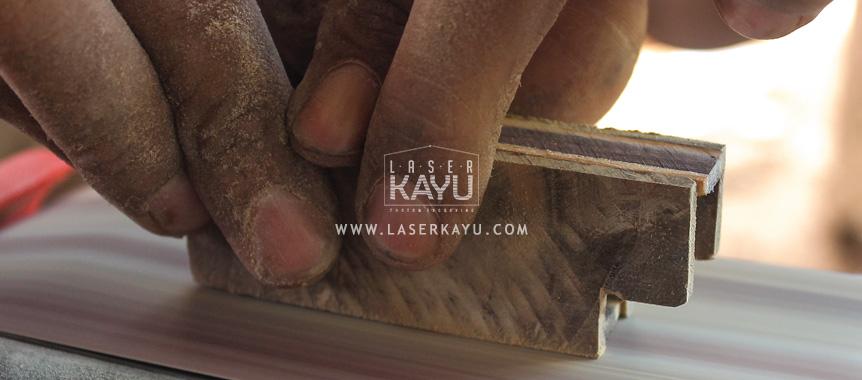Pengamplasan Material Limbah Kayu Jati Sono Keling untuk kerajinan casing korek Api Gas oleh Perusahaan Laser Kayu Jepara Indonesia