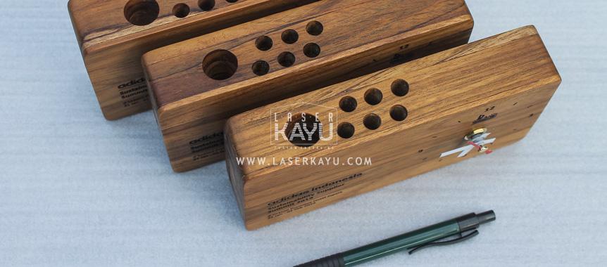 Souvenir-Kerajinan-Gift Jam Duduk Laser-Kayu-Jati-Jepara untuk-Perusahaan-Adidas-Indonesia