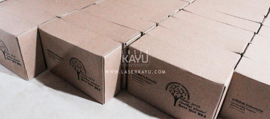 Souvenir-Kerajinan-Gift-Jam-Duduk-Laser-Kayu-Jati-untuk-Perusahaan-Adidas-Indonesia