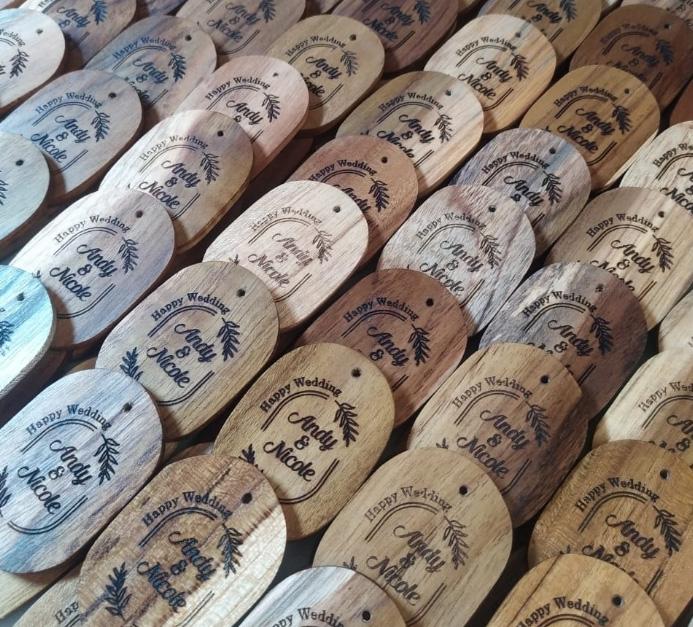 Pengrajin-souvenir-pernikahan-gantungan-kunci-kayu-jati-oleh-laser-kayu-jepara,-jawa-barat,-sumatera-kalimantan-sulawesi-bali-indonesia