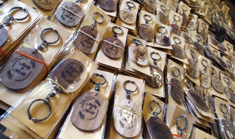 Produsen-souvenir-pernikahan-gantungan-kunci-kayu-jati-oleh-laser-kayu-jepara,-jawa-barat,-sumatera-kalimantan-sulawesi-bali-indonesia