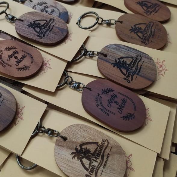 pembuat-souvenir-pernikahan-gantungan-kunci-kayu-jati-oleh-laser-kayu-jepara,-jawa-barat,-sumatera-kalimantan-sulawesi-bali-indonesia
